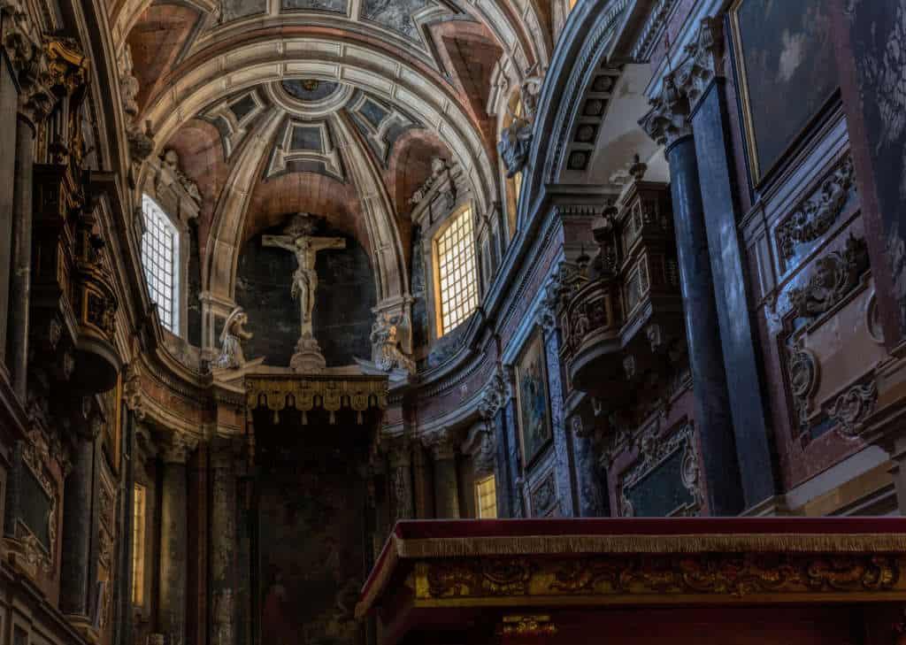 Wnętrze katedry Se w Evorze widok na ołtarz