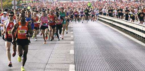 Biegacze na moście 25 kwietnia