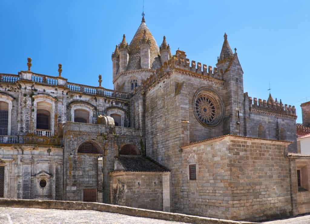 Katedra Se w Evorze wygląda prawie jak wielki zamek