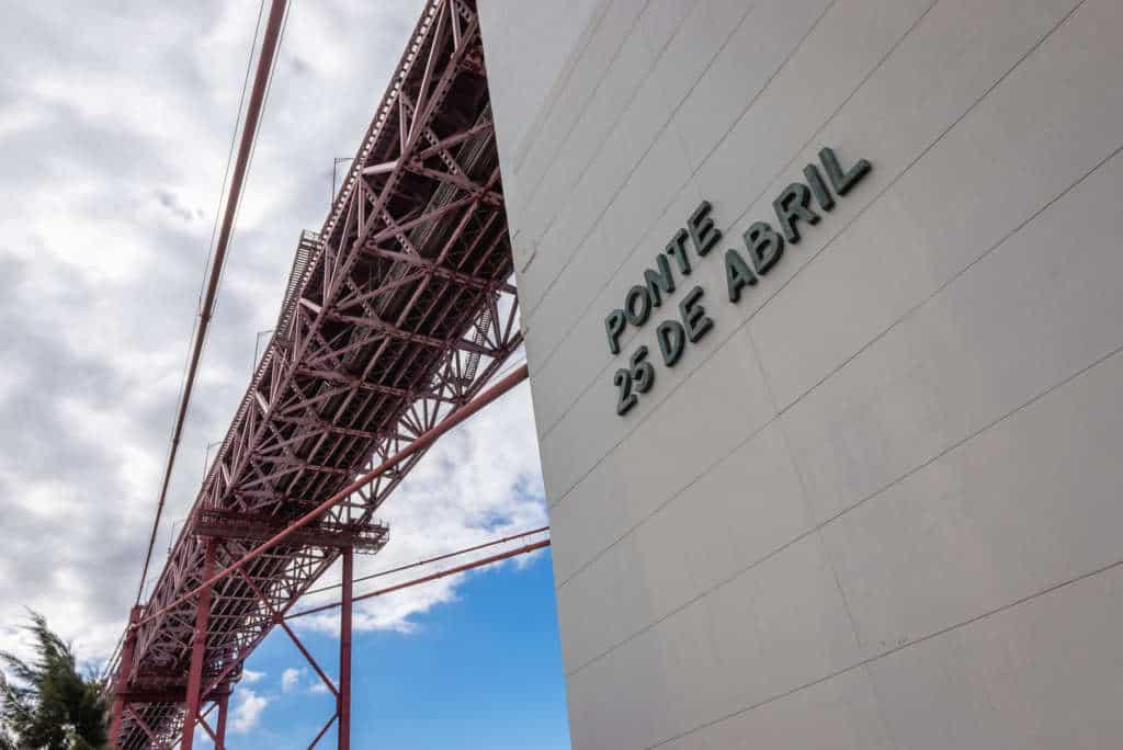 most 25 kwietnia, widok na napis
