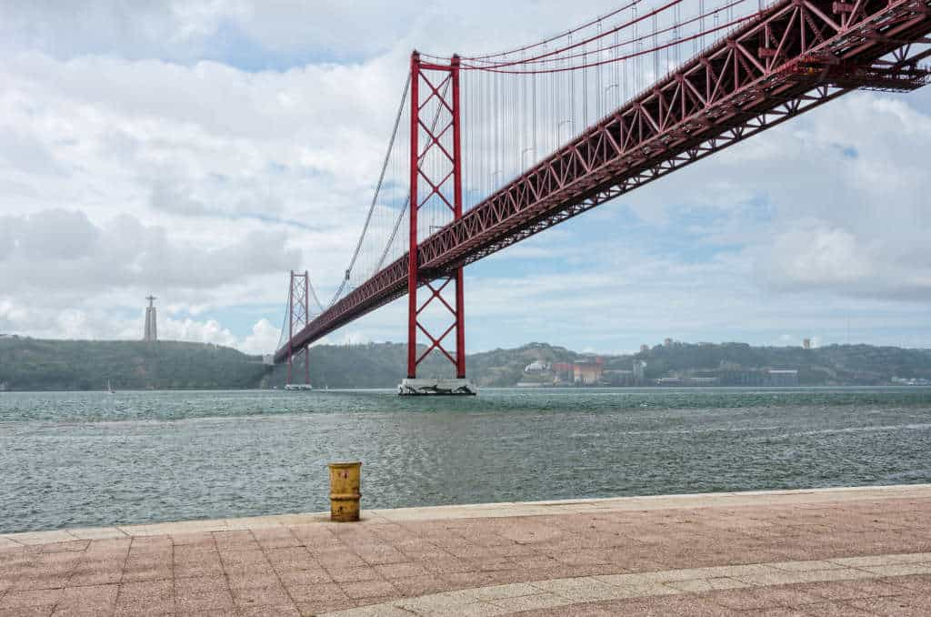 most 25 kwietnia widok na pomnik na Almadzie