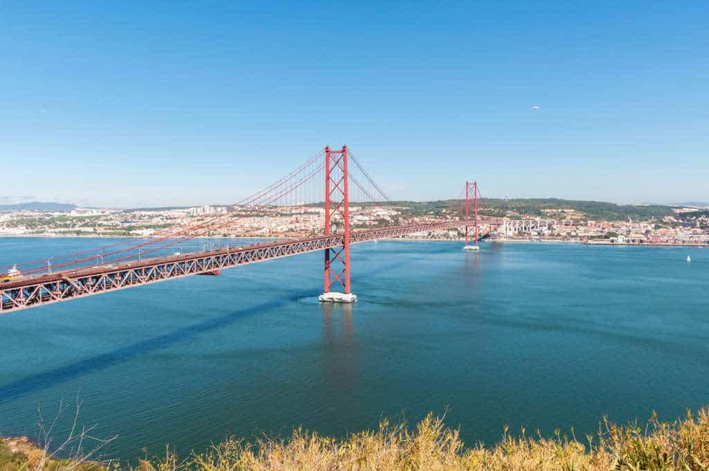widok na most 25 kwietnia i Lizbonę
