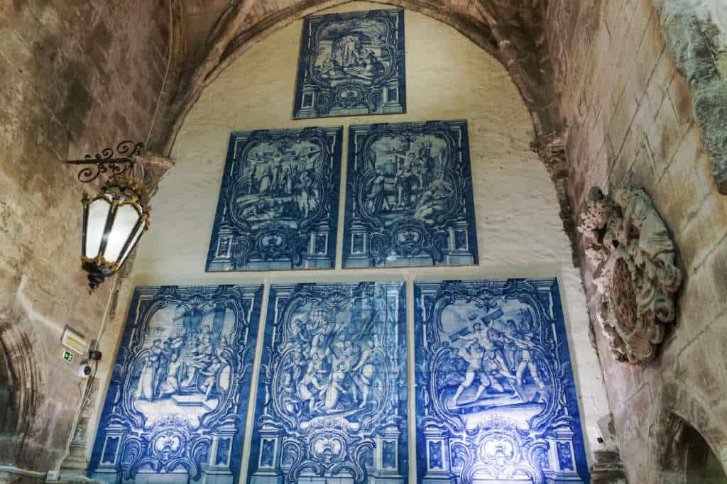 Płytki Azulejos na ścianie muzeum carmo w klasztorze karmelitów