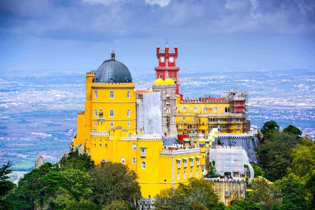 widok na pałac Pena z oddali