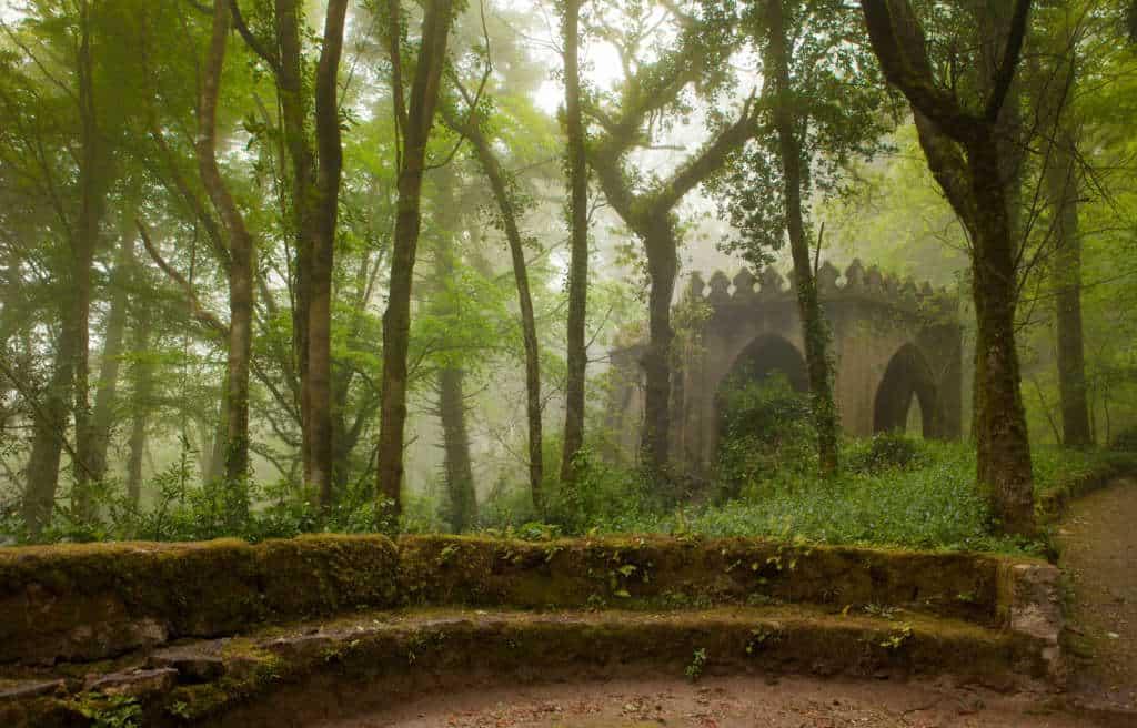 park Pena w Sintrze w mglisty dzień