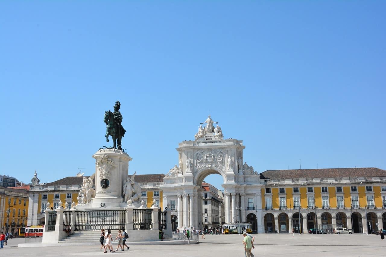 Praça do Comércio i łuk triumfalny w Lizbonie