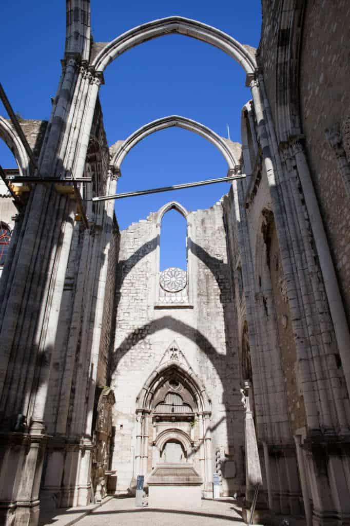 Rozeta górująca nad drzwiami w Klasztorze Karmelitów