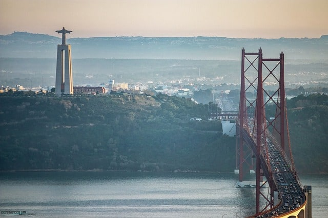 widok na most 25 kwietnia i pomnik Chrystusa Krola