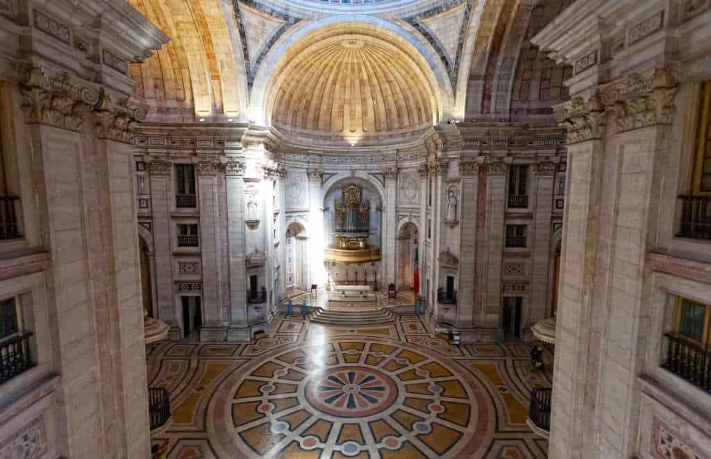 wnętrze kościoła Santa Engracia