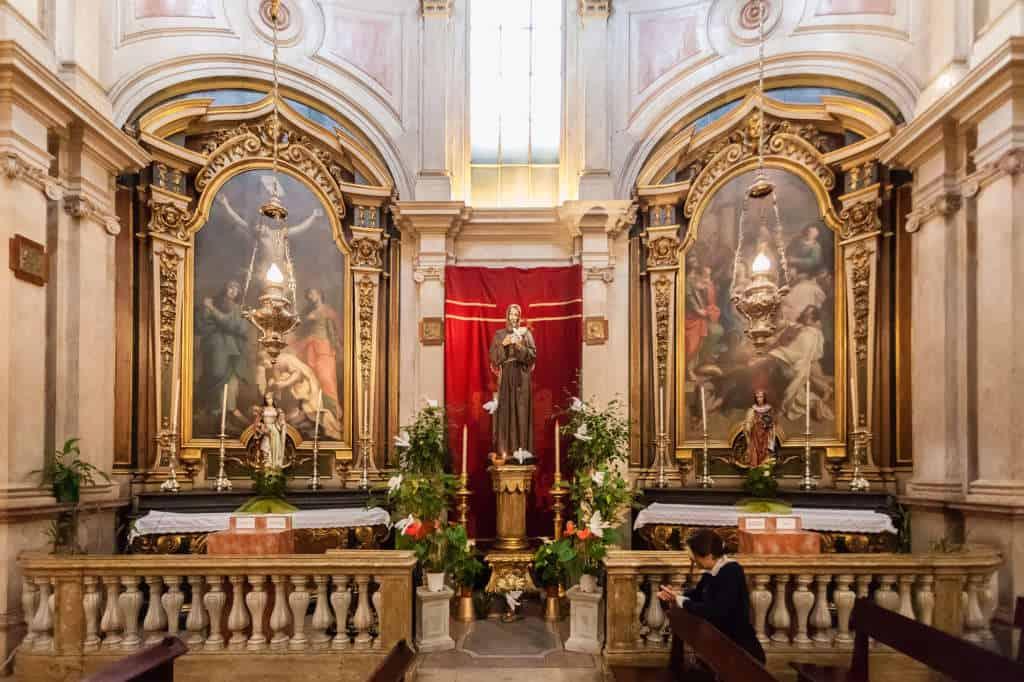 wnętrze kościoła świętego Antoniego w Lizbonie