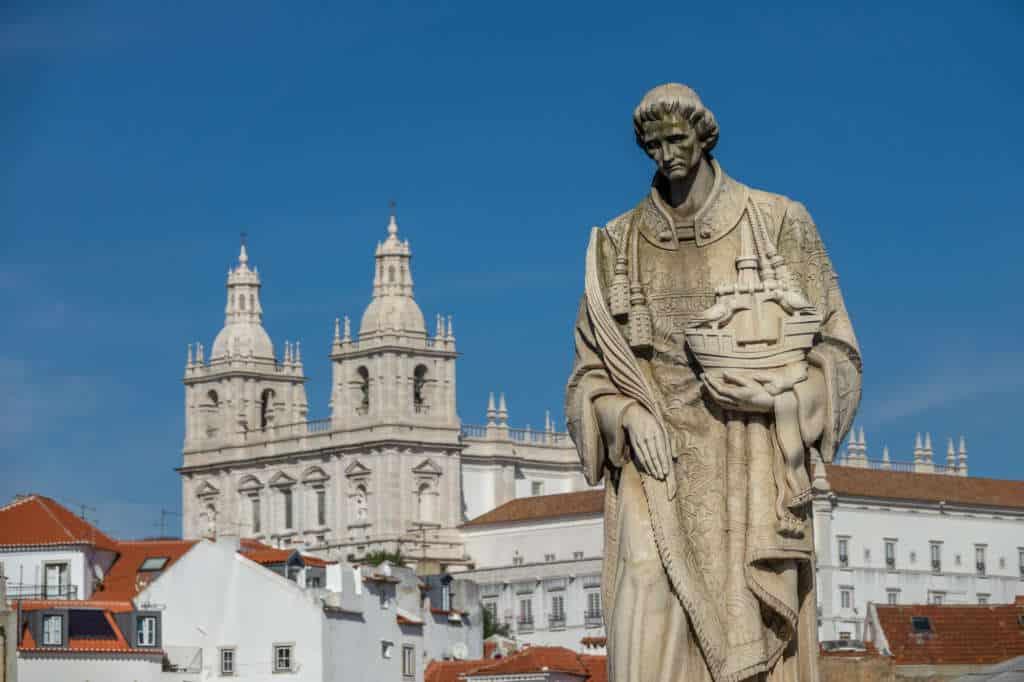 pomnik świętego Wincentego z widokiem na Sao Vincente da Fora