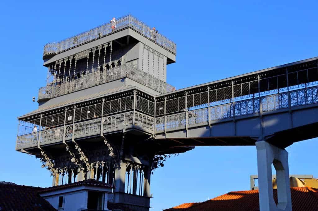 widok na wieżę Santa Justa w Lizbonie