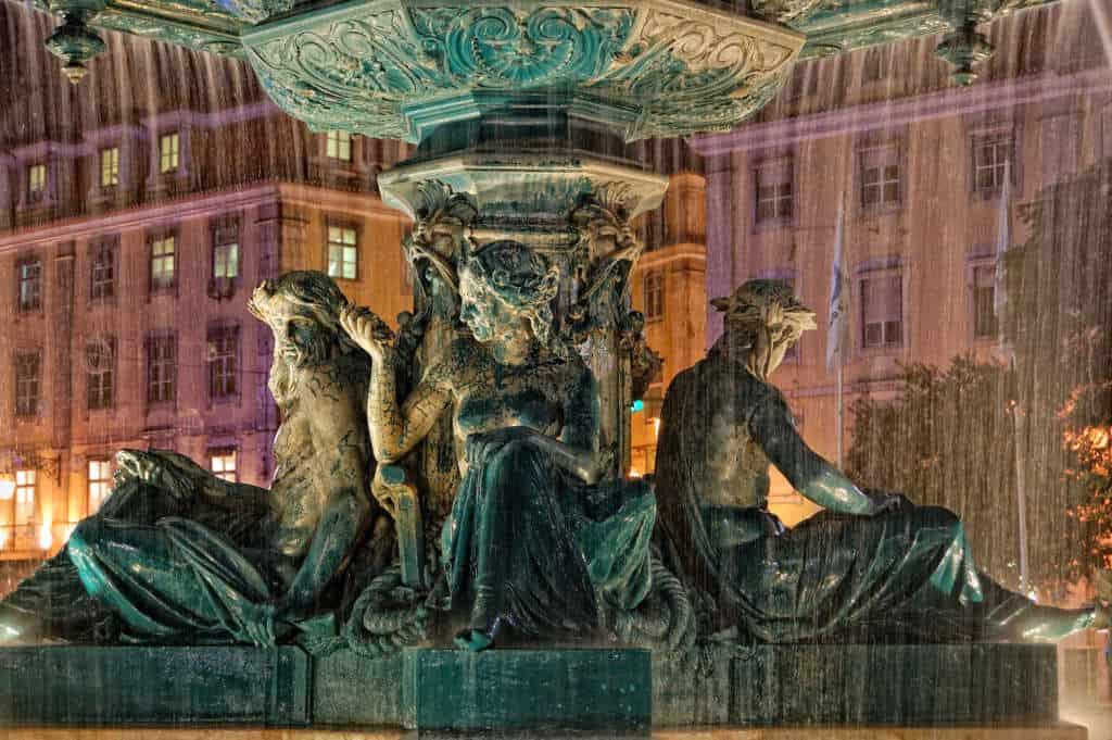 fontanny na placu Rossio nocą