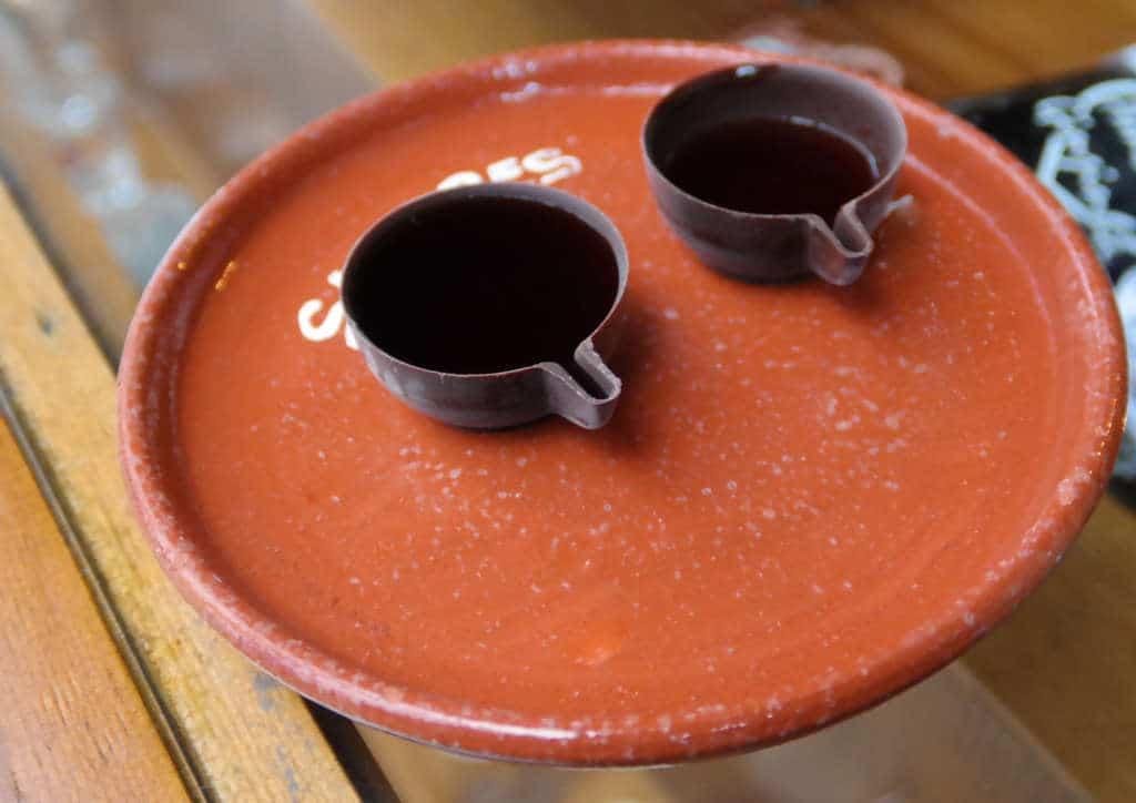 tradycyjny sposób serwowania Ginjinhi w Obidos