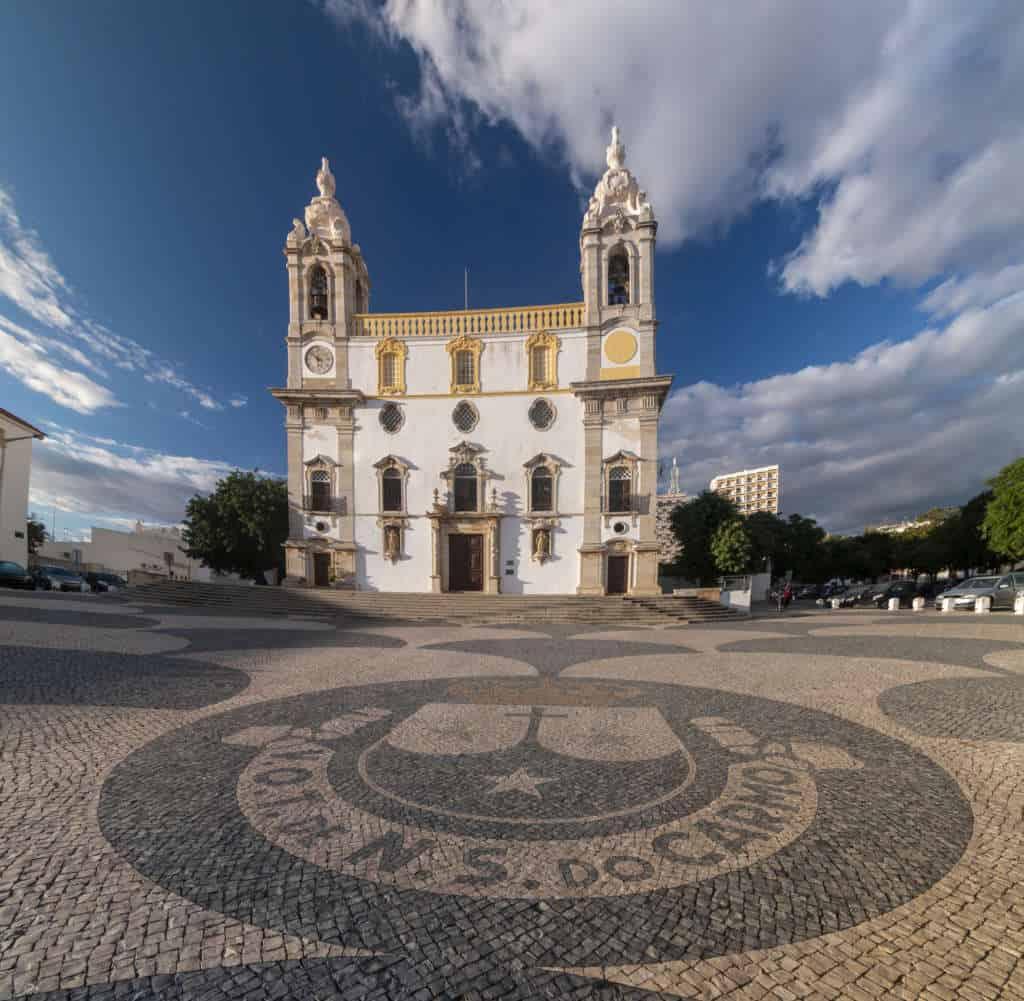 igreja do carmo w Faro, wzór na chodniku przed świątynią