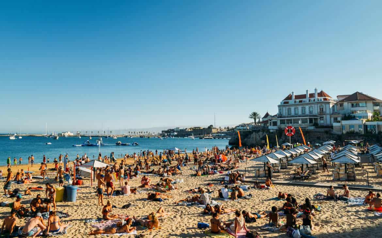 widok na hotel przy plaży Cascais
