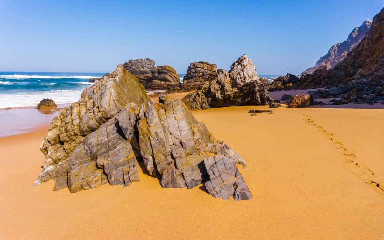kamienie na plaży Adraga