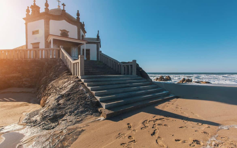 Miramar - kaplica na plaży pośród skał