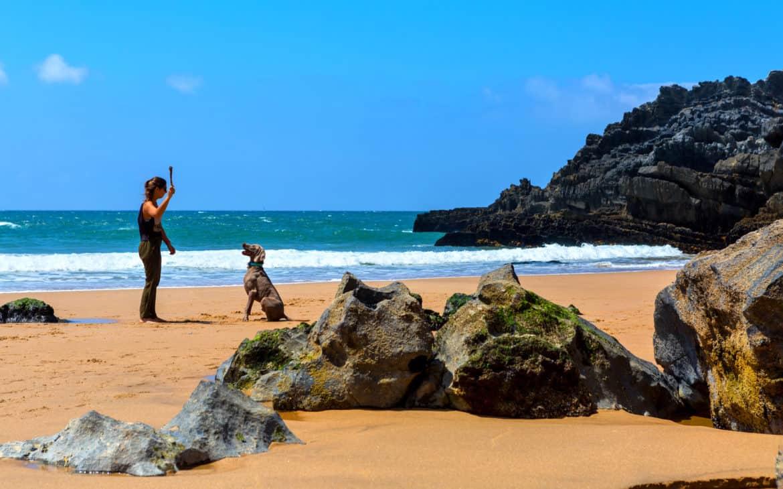 plaża Adraga z psem