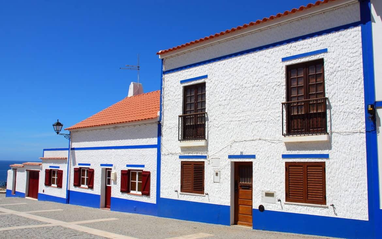 klasyczne portugalskie domy bielone wapniem