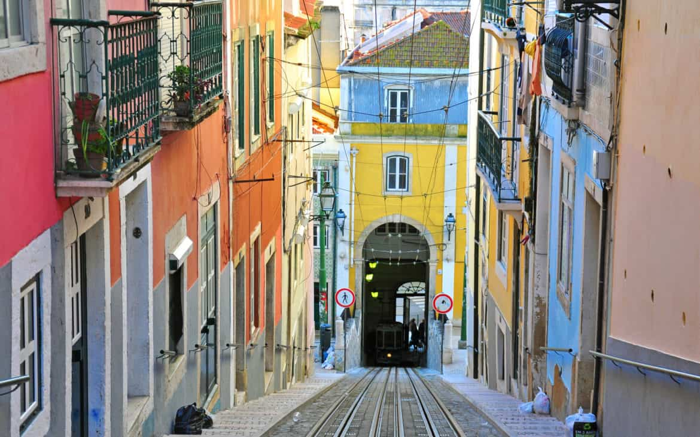 winda Bica zjeżdżająca w dół w Lizbonie