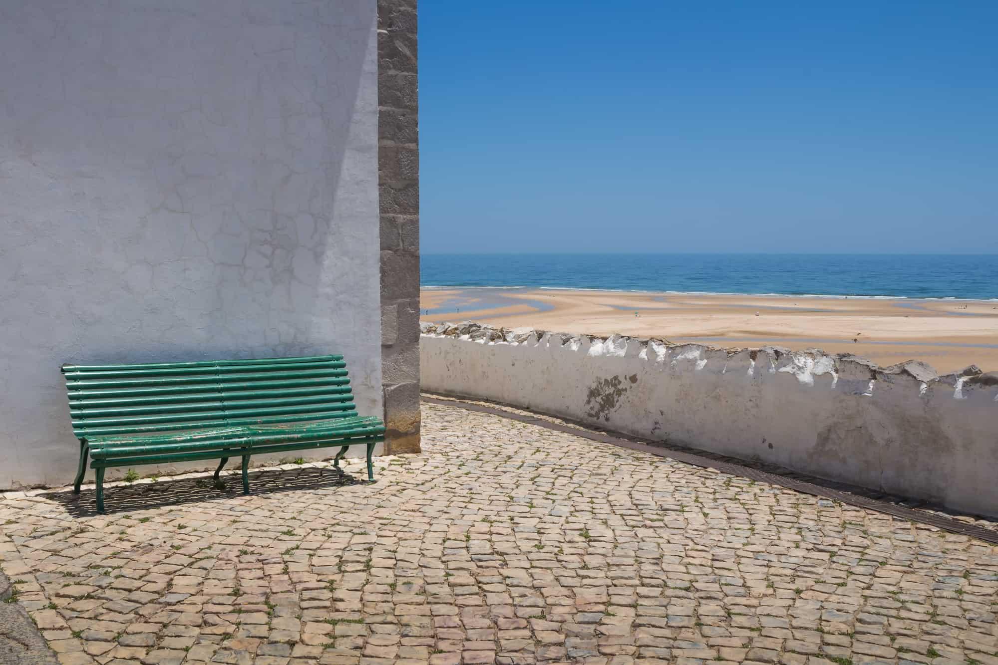 widok na plażę z ławki