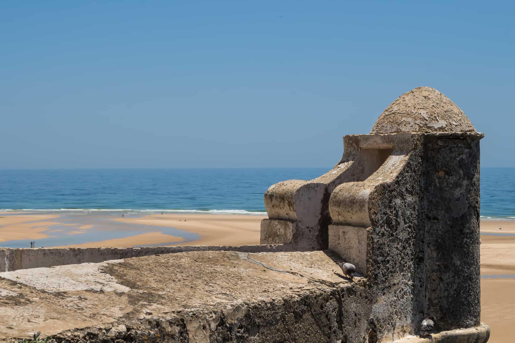 widok z fortu na plażę