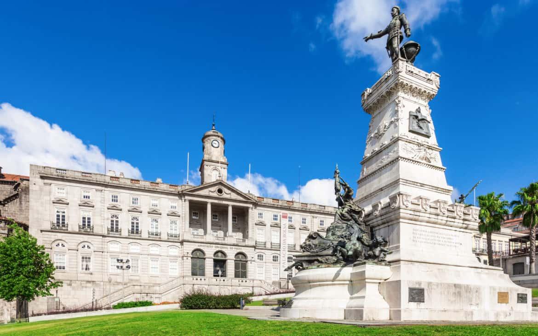 pomnik przed palacem Gieldy w Porto