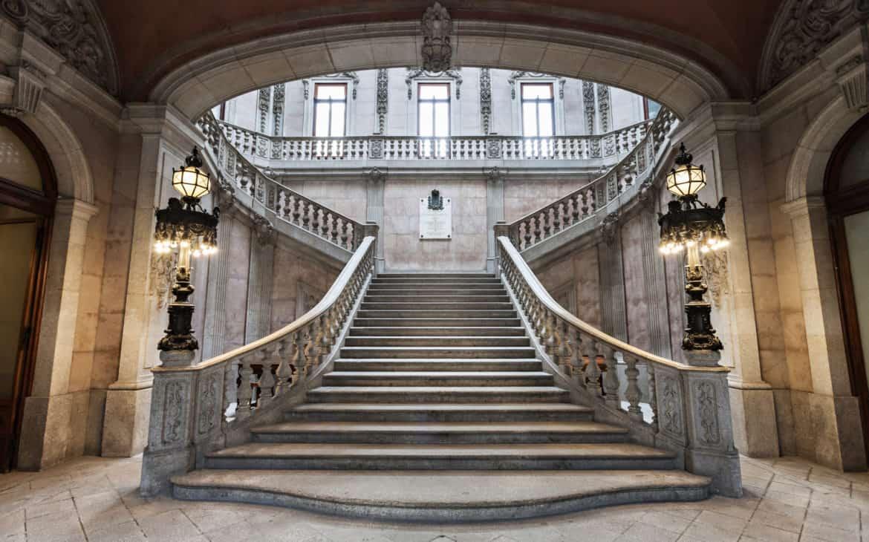 pięknie zdobione schody w pałacu Giełdy w Porto