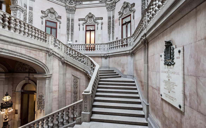 pięknie zdobione schody w pałacu Bolsa