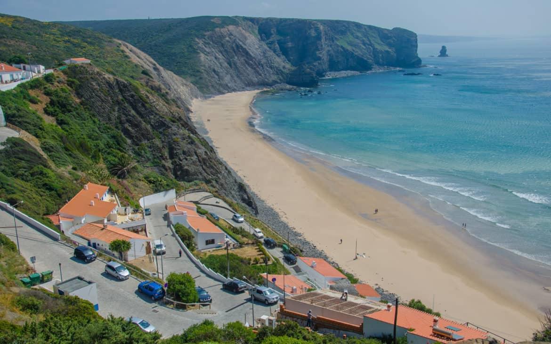 widok na klify przy plaży Arrifana